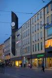 Европа, Скандинавия, Швеция, Гётеборг, торговый центр Arkaden & трамвай на сумраке стоковое фото rf