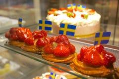 Европа, Скандинавия, Швеция, Гётеборг, Saluhallen, интерьер Hall рынка, пироги клубники Стоковая Фотография
