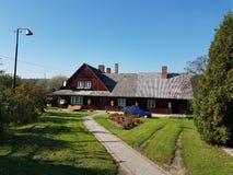 европа Страна Польши, город Jaslo Деревянный дом коттеджа Двор перед входом деревни Стоковое Изображение RF