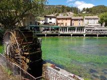 европа Франция Провансаль Область Воклюз Курортный город Fontain de Воклюз Лето 2016 Watermill на реке стоковая фотография