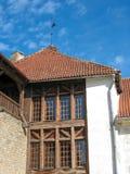 европа Часть старого средневекового здания: крыша предусматриванная красными гонт и деревянной рамкой для окон, и белая стена ho стоковые изображения rf