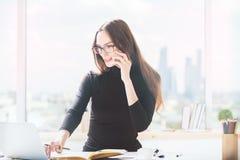 Европейская девушка работая в офисе Стоковые Изображения