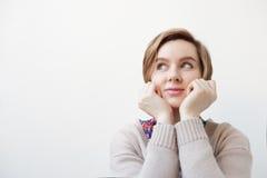 Европейская женщина задумчиво смотрит к стороне стоковые фото