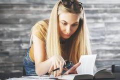Европейская женщина при книга делая обработку документов Стоковые Изображения RF