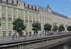 Европейская мостовая и старые здания стоковая фотография