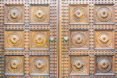 Европейская старая деревянная дверь стоковая фотография rf