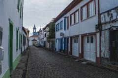 Европейская улица города с часовней и красочными зданиями стоковые изображения