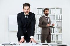 Европейские бизнесмены делая обработку документов Стоковые Фотографии RF