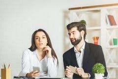 Европейские бизнесмен и женщина используя smartphone Стоковые Изображения RF