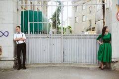Европейские красивые пары представляя на улице Стоковое Фото