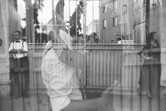 Европейские красивые пары представляя на улице Стоковое фото RF