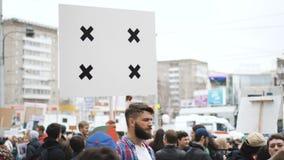 Европейские люди на демонстрации Человек с знаменем кричащим в мундштук