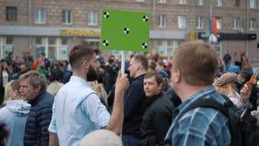 Европейские люди на демонстрации Человек с знаменем кричащим в мундштук видеоматериал