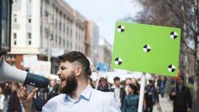 Европейские люди на политической забастовке Белое знамя с отслеживать отметки 4k