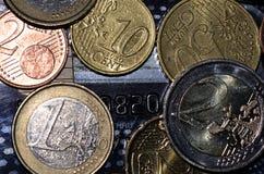 Европейские монетки лежа на creditcard Стоковые Фото