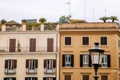 Европейские окна с деревянными штарками внешняя дом старая Стоковые Фото