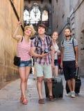 Европейские путешественники идя на улицу Стоковое фото RF