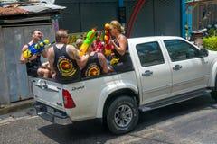 Европейские туристы празднуют традиционный тайский Новый Год, политую воду Фестиваль Songkran Стоковые Изображения RF