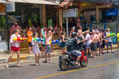Европейские туристы празднуют традиционный тайский Новый Год, политую воду Фестиваль Songkran Стоковые Изображения