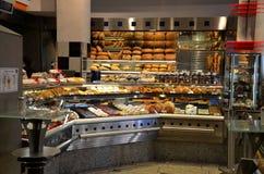 Европейские хлебопекарня и pattisserie стиля с хлебами и печеньями стоковые фотографии rf
