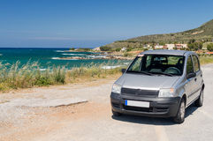 Европейский автомобиль на дороге побережья стоковое изображение