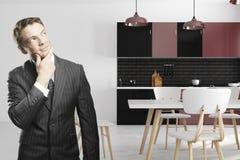 Европейский бизнесмен в интерьере кухни Стоковое фото RF