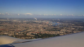 Европейский вид с воздуха Амстердама города от иллюминатора реактивного самолета Стоковое фото RF