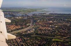 Европейский вид с воздуха Амстердама столицы от иллюминатора реактивного самолета Стоковые Фото