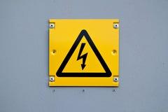 Европейский желтый знак молнии высокого напряжения Предупреждение о опасном электричестве Стоковая Фотография