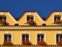 Европейский желтый фасад дома стоковое изображение rf