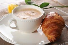 Европейский кофе завтрака с молоком и круассанами стоковое фото rf