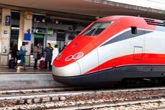Европейский междугородный поезд на железнодорожном вокзале Стоковые Изображения RF