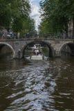 Европейский мост с велосипедами над каналом с одной шлюпкой стоковая фотография