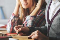 Европейский парень и девушка делая крупный план обработки документов Стоковые Изображения RF