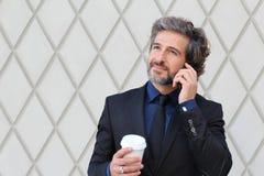 Европейский путешествовать бизнесмена, работая в Нью-Йорке Одевающ в темном костюме костюма, документы нося, зрелый парень с боро Стоковое Фото