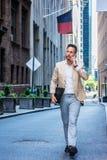 Европейский путешествовать бизнесмена, работая в Нью-Йорке стоковая фотография