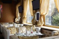 Европейский ресторан в желтых цветах Стоковые Изображения