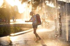 Европейский турист с рюкзаком в Тиране, Стоковые Изображения RF