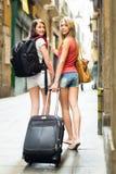2 европейских девушки на дороге к гостинице пешком Стоковое Изображение