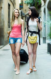 2 европейских девушки на дороге к гостинице пешком Стоковое Фото