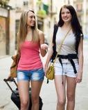2 европейских девушки путешествуя и усмехаясь на улице Стоковые Фото