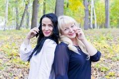 2 европейских женщины говоря клетчатым в парке Стоковое фото RF