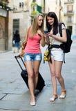 2 европейских студента на каникулах с багажом Стоковое Изображение