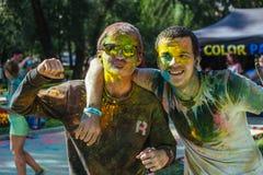 2 европейских gues празднуют фестиваль Holi Стоковое Изображение RF