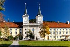 Европейское здание с 2 башнями с часами и шпилями Стоковая Фотография