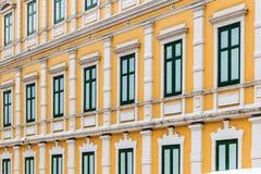 Европейское здание желтого цвета стиля, неоклассическая архитектура Стоковое Изображение RF