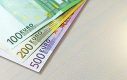 Евро Бумажные банкноты евро различных деноминаций - 100, Стоковое Изображение RF