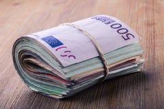 евро валюты кредиток схематическое 55 10 накрените веревочка примечания дег фокуса 100 евро 5 евро Конец-вверх банкнот свернутых  Стоковые Фотографии RF