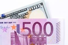500 евро и 100 долларовых банкнот на белом backgrou Стоковые Изображения