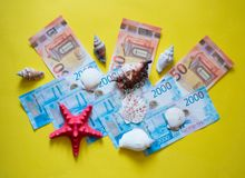 Евро и рубль с красными и белыми seashells на желтом backgrong стоковое изображение